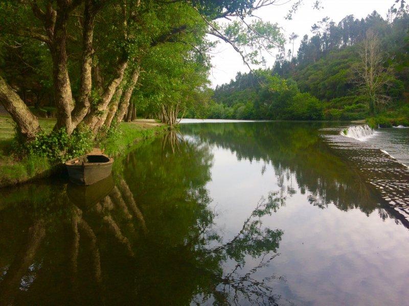 praia_fluvial_do_vimieiro_espelho_de_agua_e_barco.jpg